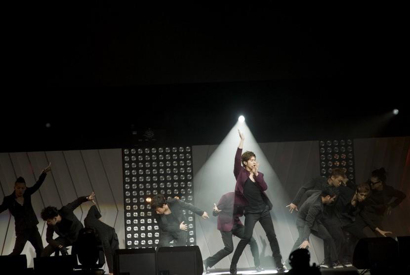Boyband TVXQ dalam sebuah penampilan konser.