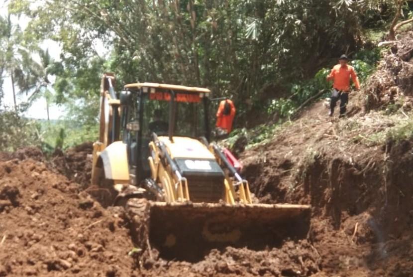BPBD Kabupaten Sukabumi melakukan penanganan longsor yang menutup jalan di tiga titik di desa Cikarang Kecamatan Cidolog, Sukabumi Ahad (18/11).