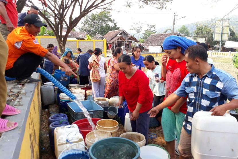 BPBD Sukabumi menyaurkan air bersih untuk warga yang dilanda kekeringan, Selasa (31/7).