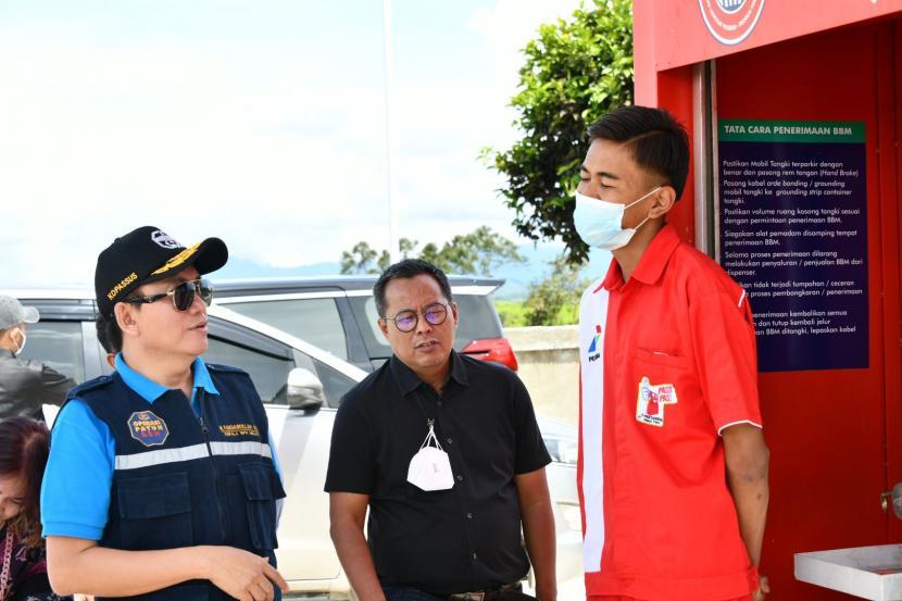 Kepala BPH Migas M Fanshurullah Asa bersama team didampingi SBM Pertamina Kerinci Moh. Riza Rahmat Syah, diterima Islamudin pengurus Bumdes pengelola Pertashop  Kamis (6/5).
