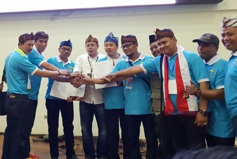 BPJS Kesehatan dan BPJS Ketenagakerjaan Cabang Bandung Suci menandatangani Perjanjian Kerja Sama (PKS) tentang Sinergi Penyelenggaraan Program Jaminan Sosial dalam peringatan May Day tingkat Kota Bandung di Kawasan Jabar Sport, Kota Bandung, Rabu (2/5).