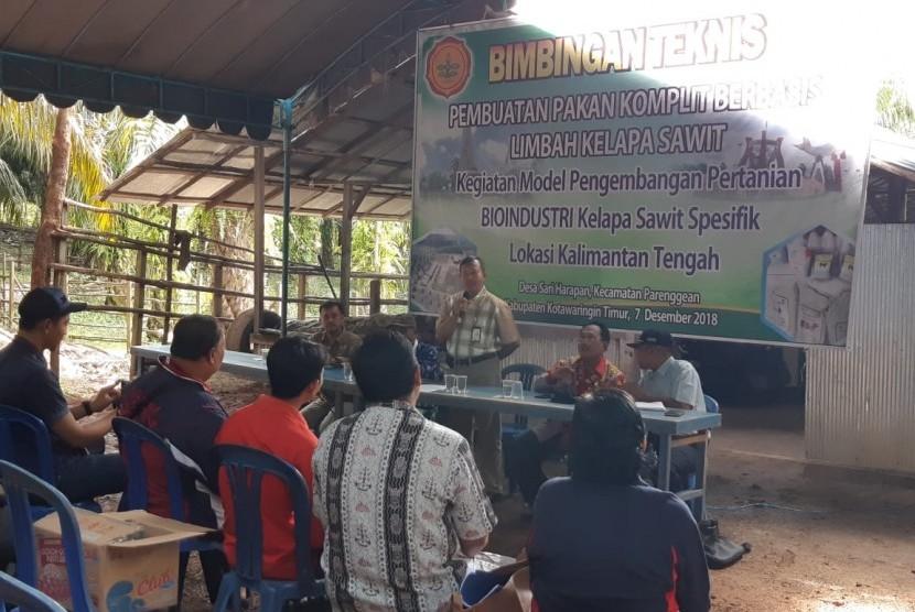 BPTP Kalteng gelar Teknis (Bimtek) Pembuatan Pakan Komplit Berbasisi Limbah Kelapa Sawit di desa Sari Harapan, Kecamatan Parenggean, Kabupaten Kotawaringin Timur, Jumat  (7/12).