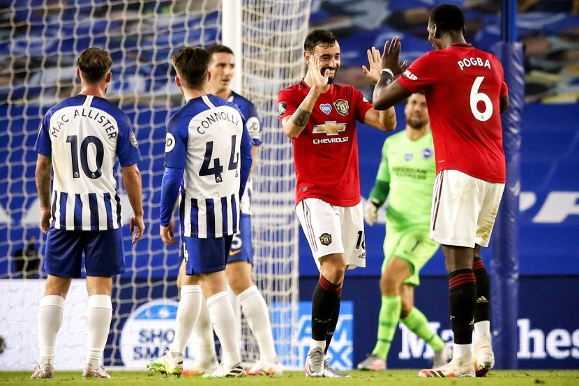 Bruno Fernandes (kedua dari kanan) dan Paul Pogba merayakan gol Manchester United.