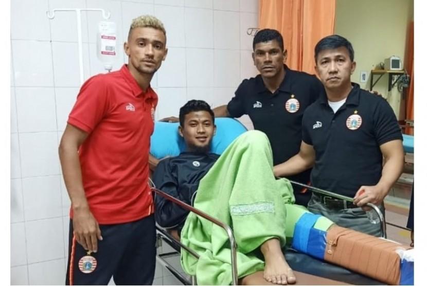 Bruno Matos (kiri) saat menjenguk M Natshir di RS Mintoharjo.