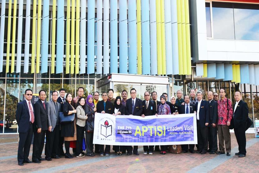 BSI bersama Aptisi melakukan kunjungan kerja ke Australia awal September 2015. Pada kesempatan tersebut BSI menandatangani nota kesepahaman (MoU) dengan dua perguruan tinggi Australia.