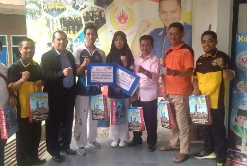 BSI menyerahkan beasiswa pendidikan penuh kepada atlet taekwondo Kota Bogor.