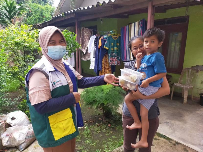 BSI yang bekerjasama dengan Rumah Zakat memberikan makanan tambahan kepada ibu hamil, balita dan anak sekolah di Pamoyanan khususnya yang ada dibawah pelayanan Posyandu Melati RW 12Pamoyanan, Kota Bogor, Jawa Barat.