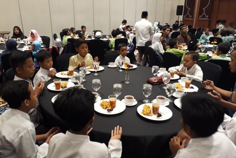Buka puasa bersama 300 anak panti asuhan di Sahid Jaya Hotel and Convention Yogyakarta.
