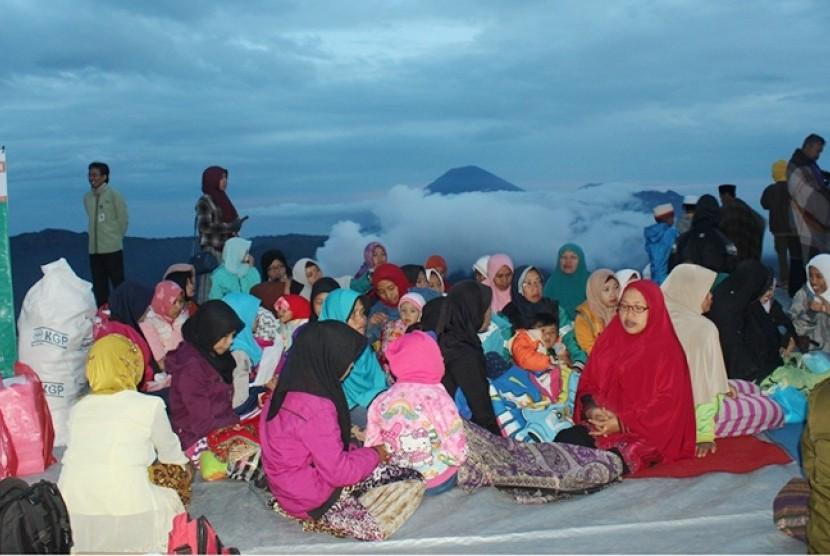 Buka puasa bersama LMI di  Puncak Pananjak Bromo.