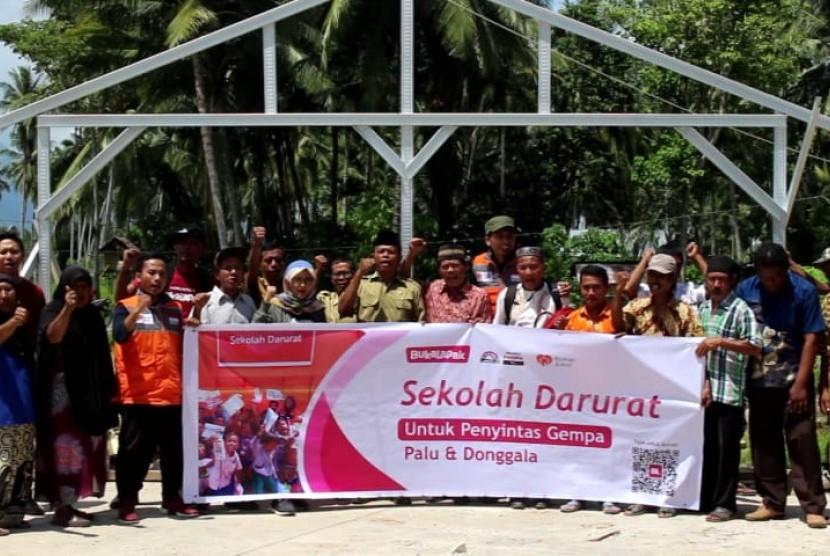 Bukalapak bersama Rumah Zakat melakukan pemancangan tiang pertama pembangunan sekolah darurat di MI Sintuvu Singgani Dusun V Desa Baluase Kecamatan Dolo Selatan Kabupaten Sigi, Selasa siang (13/11).