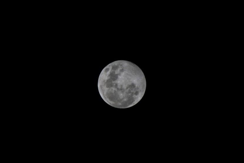 Bulan di malam hari.