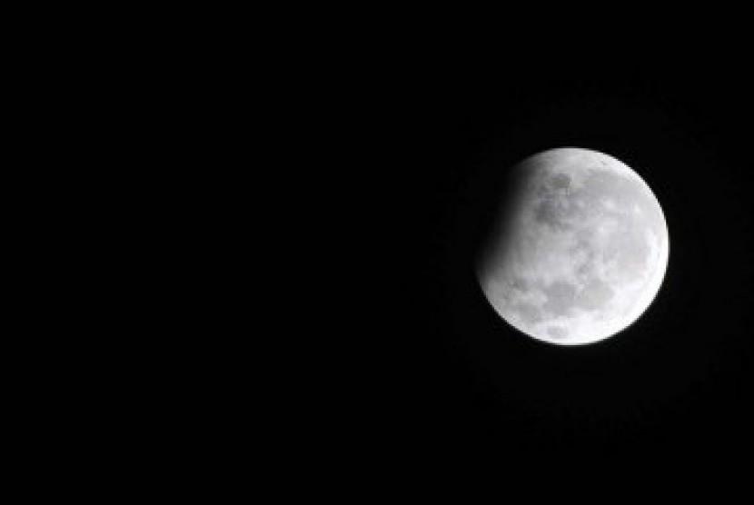 Bulan purnama tampak tertutup bayang-bayang bumi di malam di pergantian tahun 2010, Jumat (1/1). Gerhana bulan sebagian tesebut hanya menutupi sebanyak 8,2 persen permukaan bulan yang tampak dari bumi.