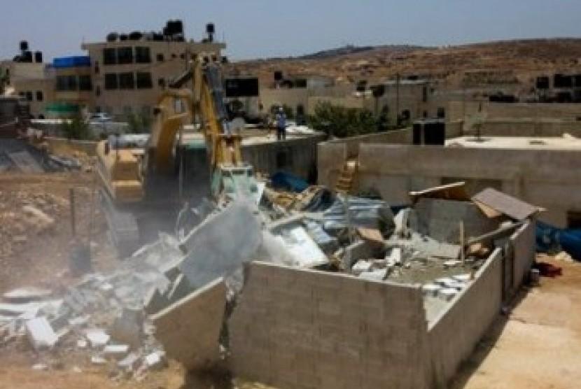 Buldoser Israel menggilas rumah warga Palestina yang dibangun lagi di atas lahan bekas perumahan yang dihancurkan.