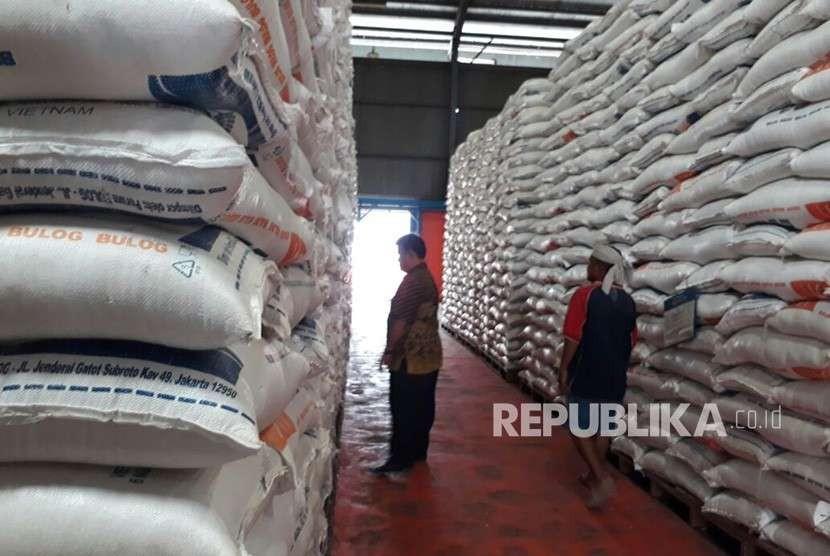 Bulog Divre Sumbar terpaksa menyewa gudang milik swasta untuk menampung 7.500 ton beras impor asal Vietnam. Bila impor tetap dilanjutkan, maka Bulog harus menyewa gudang lain dengan biaya ratusan juta perbulan.