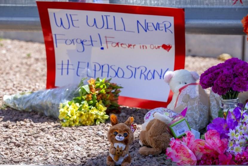 Bunga dan mainan untuk menghormati korban penembakan di kompleks perbelanjaan di El Paso, Texas, Ahad (4/8).