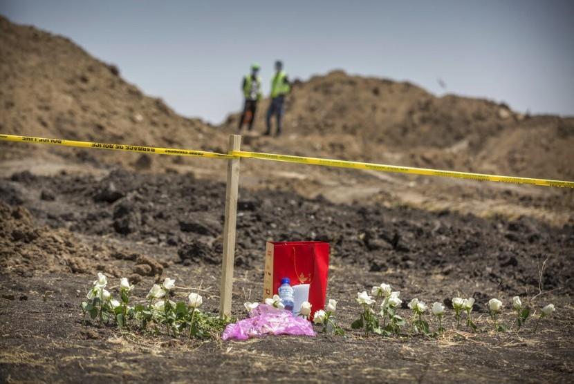 Bunga yang diletakkan di lokasi jatuhnya pesawat Ethiopian Airlines Boeing 737 Max 8 di dekat Bishoftu, selatan Addis Ababa, Ethiopia, Rabu (13/3).