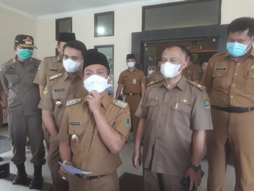 Bupati Bandung, Dadang Supriatna bersama Wakil Bupati Bandung, Sahrul Gunawan melakukan inspeksi mendadak (sidak) ke sejumlah instansi untuk mengecek kehadiran ASN setelah Lebaran usai, Senin (17/5).
