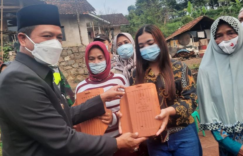 Bupati Bandung HM Dadang Supariatna secara simbolis memberikan bantuan pembangunan empat unit rumah warga di Kampung Cideungkleuk, RT 01/RW 12, Desa Mekarsari, Kecamatan Cimaung, Kabupaten Bandung, Kamis (3/6).