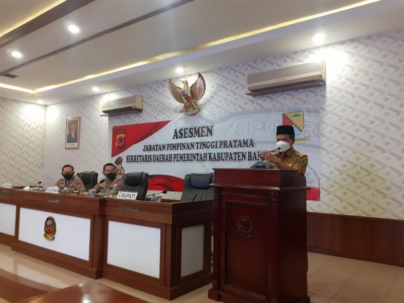 Bupati Bandung HM Dadang Supriatna menyampaikan sambutan dalam uji komptensi seleksi terbuka calon sekda Kabupaten Bandung di Assesment Center Polda Jabar, Kota Bandung, Kamis (27/5).