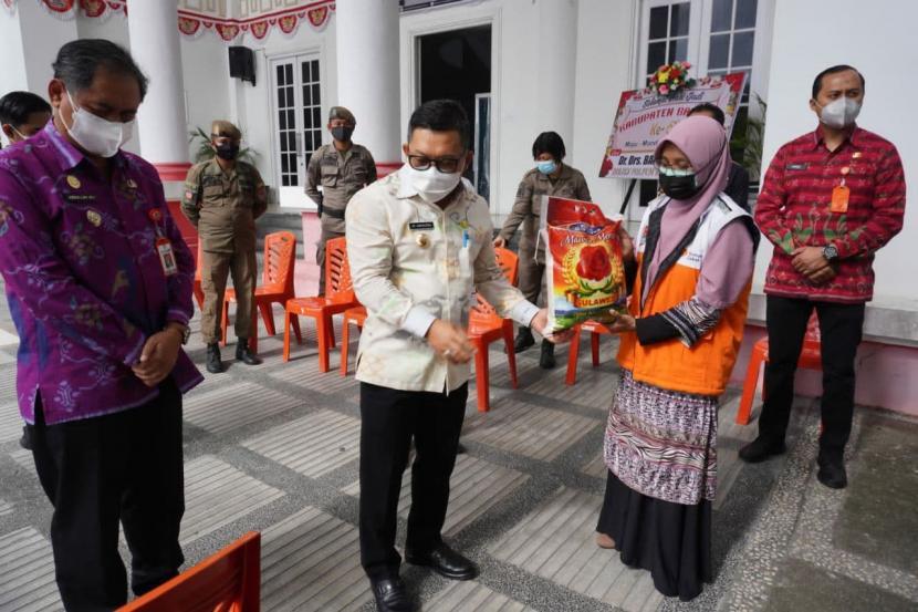 Bupati Banggai, H. Amirudin bertempat di halaman Kantor Bupati melepas 1000 Paket Sembako Tanggap Darurat Banjir dan Tanggap Darurat Covid-19, Kamis (22/7). Paket sembako yang disalurkan oleh Rumah Zakat hari ini diperuntukkan untuk korban bencana banjir dan warga yang terpapar Covid-19 yaitu di Kecamatan Pagimana dan Kecamatan Lobu, kabupaten Banggai, Sulawesi Tengah.