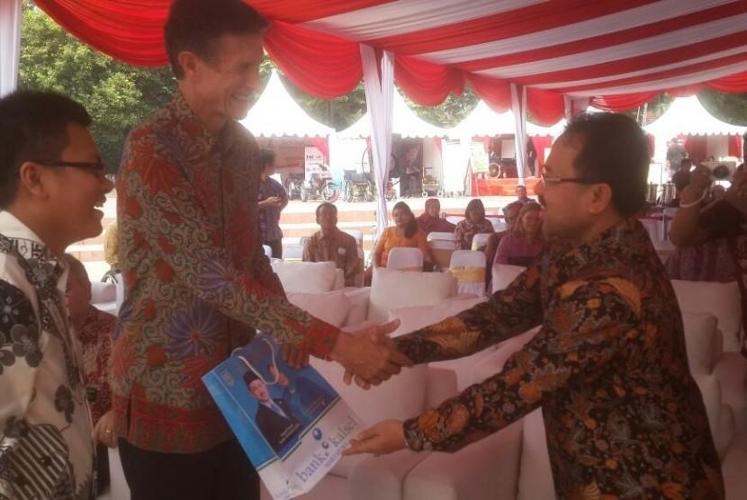 Bupati Banjar, Sultan H Khairul Saleh berjabat tangan dengan Dubes AS Robert Blake.