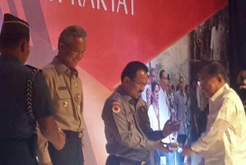 Bupati Banjar Sultan H Khairul Saleh menerima anugerah ADITANGGUH dari Wakil Presiden Jusuf Kalla di Jakarta, Selasa (10/3).