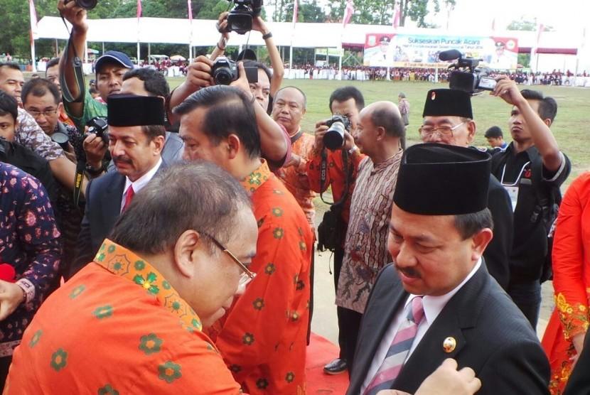 Bupati Banjar Sultan H Khairul Saleh menerima anugerah Satya Lencana Kebaktian Sosial yang diserahkan Menteri Koordinator Bidang Kemaritiman, Indroyono Soesilo mewakili Presiden RI Joko Widodo di Jambi, Sabtu (20/12).
