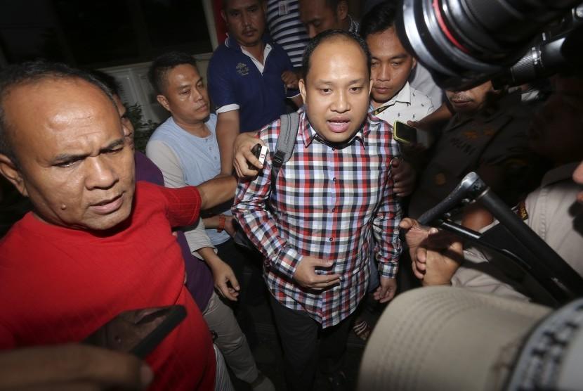 Bupati Banyuasin Yan Anton Ferdian (tengah) digiring petugas kepolisian saat keluar dari gedung Subarkah Direktorat Kriminal Khusus Polda Sumsel, Palembang, Sumatra Selatan, Minggu (4/9).