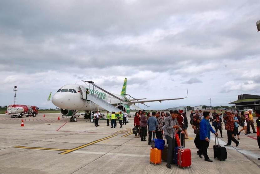 Bupati Banyuwangi, Abdullah Azwar Anas, usai mengikuti  inaugural flight Citilink rute Kuala Lumpur-Banyuwangi di Bandara Banyuwangi, Rabu (19/12).