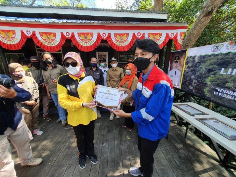 Bupati Barito Kuala, Noorliliyani AS, memberikan penghargaan kepada Pertamina atas kontribusinya dalam melestarikan habitat bekantan melalui Program Konservasi Bekantan dan Pemberdayaan Masyarakat di Kawasan Pulau Curiak Barito Kuala.