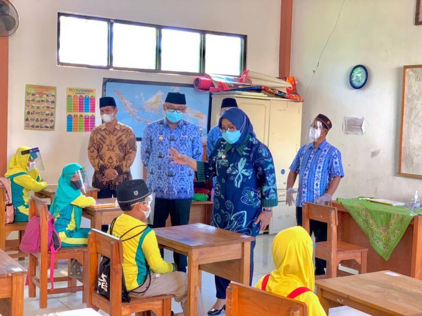 Bupati Bogor, Ade Munawaroh Yasin mengunjungi simulasi pembelajaran tatap muka (PTM) di SDIT Al Fatih di Kampung Muara, Desa Ciburuy, Kecamatan Cigombong, Kabupaten Bogor, pada Rabu (17/3).