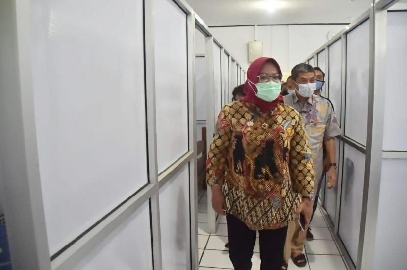 Bupati Bogor, Ade Munawaroh Yasin tinjau persiapan pusat isolasi Covid-19 di Wisma Cibogo, Megamendung, Kabupaten Bogor, Senin (25/1).