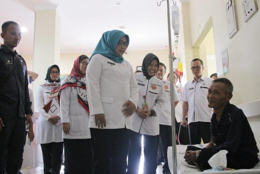 Bupati Bogor, Ade Yasin melakukan sidak ke RS Leuwiliang dan mengunjungi pasien yang menderita demam berdarah, Rabu (13/2).