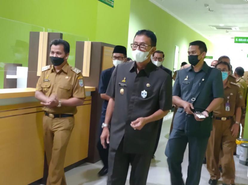 Bupati Ciamis Herdiat Sunarya meninjau RSUD Kawali, Senin (21/6). RSUD Kawali Kabupaten Ciamis disiapkan sebagai tempat penanganan pasien Covid-19.