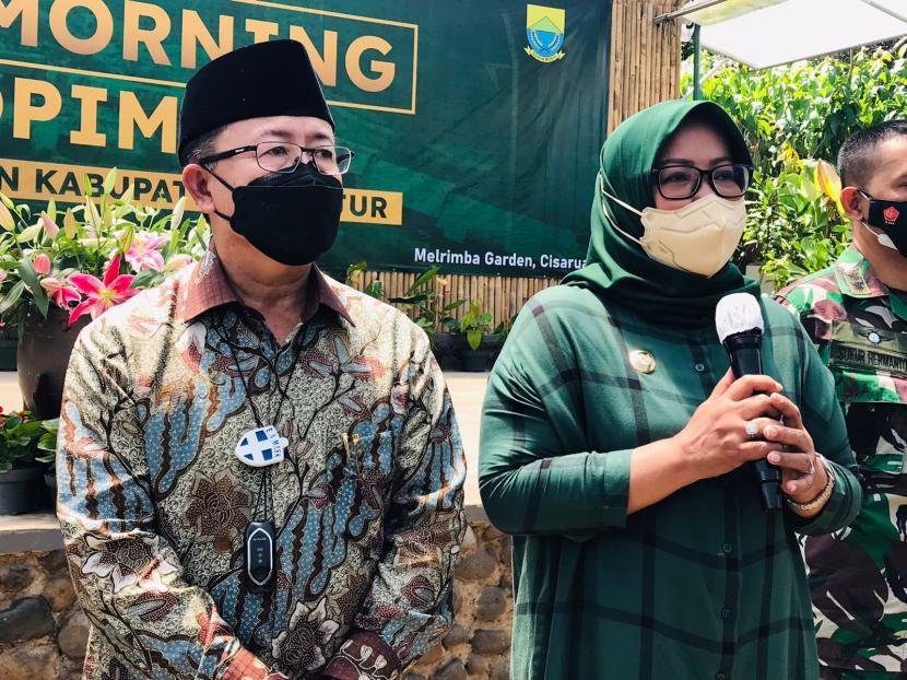 Bupati Cianjur Herman Suherman bersama Bupati Bogor, Ade Munawaroh Yasin memaparkan solusi kemacetan jalur Puncak,di Melrimba Garden, Cisarua, Kabupaten Bogor, Jawa Barat, Sabtu (18/9).