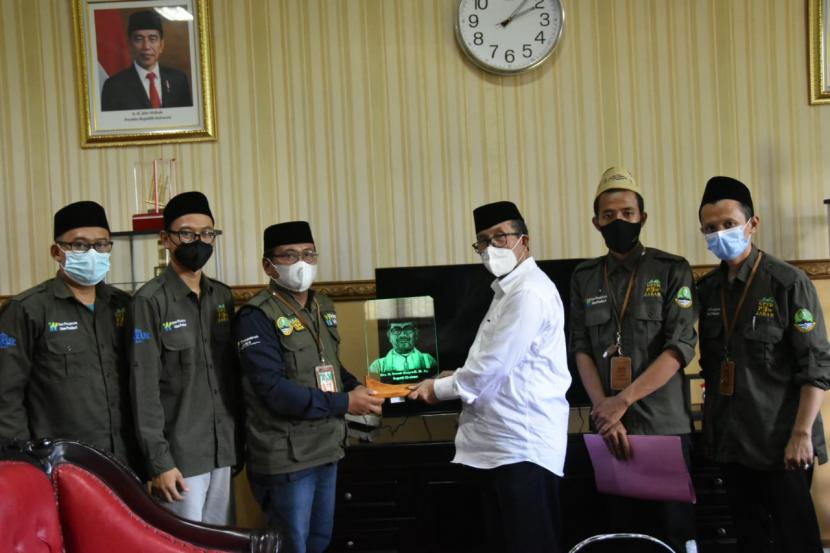 Bupati Cirebon, Imron Rosyadi, menerima pendamping program One Pesantren One Product (OPOP) wilayah Kabupaten Cirebon, Jumat (17/9). Sebanyak 63 pondok pesantren di Kabupaten Cirebon menerima bantuan program OPOP.