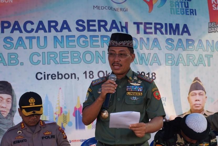 Bupati Cirebon Sunjaya Purwadi Sastra, Kapolres Cirebon AKBP Risto Samodra saat menerima rombongan Kirab Satu Negeri di Terminal Losari Cirebon, Kamis (18/10).