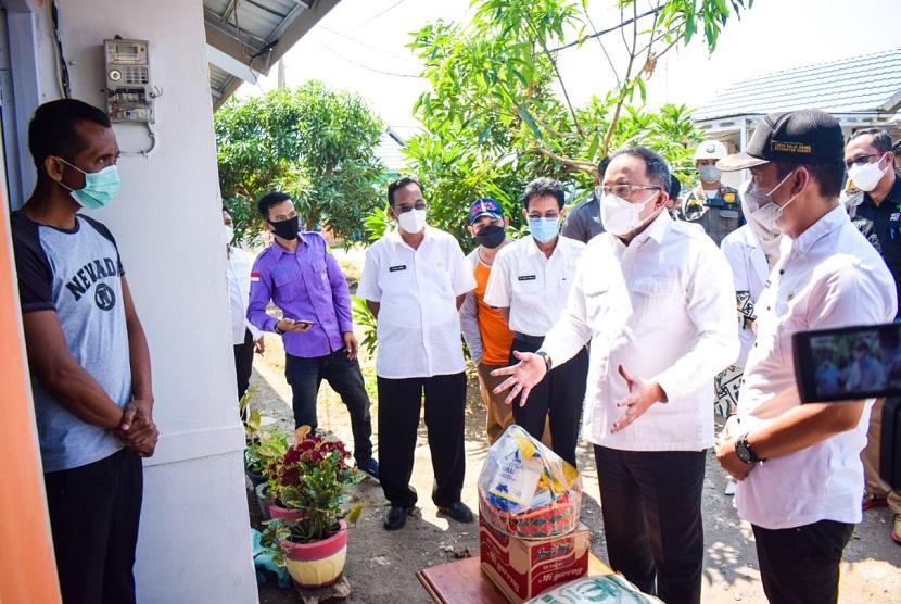 Bupati Dodi Reza menginisiasi Isoman Care dan Grebek Isoman, dimana Kepala Daerah Inovatif Indonesia ini door to door menyambangi pasien Isoman dan warga terdampak COVID-19.