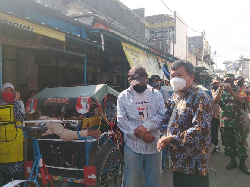 Bupati Garut Prihatin Banyak Wisatawan Abai Protokol. Bupati Garut, Rudy Gunawan, melakukan sidak penerapan protokol keaehatan di Pasar Mandalagiri, Kelurahan Pakuwon, Kecamatan Garut Kota, Jumat (8/1).