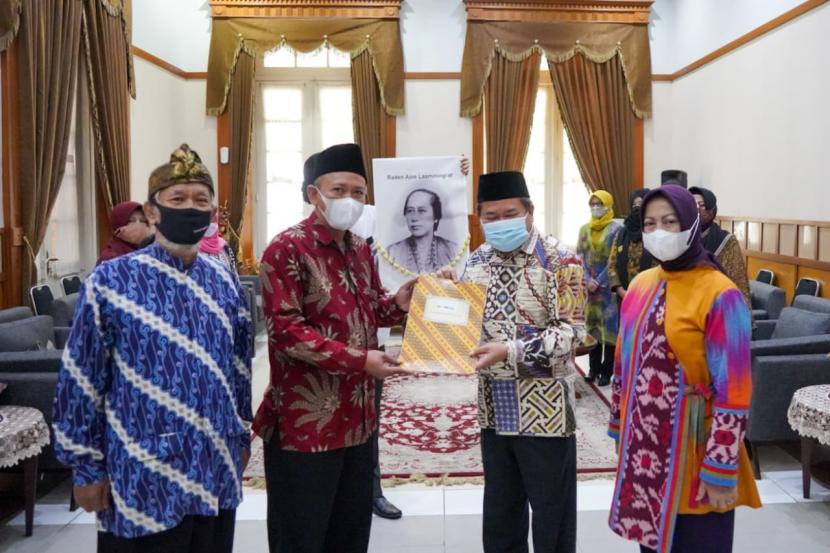 Bupati Garut, Rudy Gunawan melantik  Panitia Pengusung Raden Ayu Lasminingrat, Kamis (3/6).