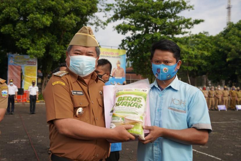 Bupati Garut, Rudy Gunawan, memberikan bantuan sembako kepada para petugas kebersihan di lingkungan Pemda Garut, Senin (12/4). Penyuran bantuan itu merupakan program ACT Garut. Dok.