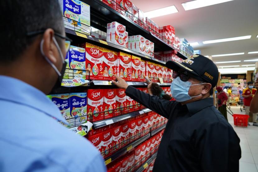 Bupati Garut Rudy Gunawan memimpin kegiatan inspeksi mendadak (sidak) ke sejumlah pasar swalayan untuk memastikan ketersediaan pangan di Kabupaten Garut, Kamis (6/5).