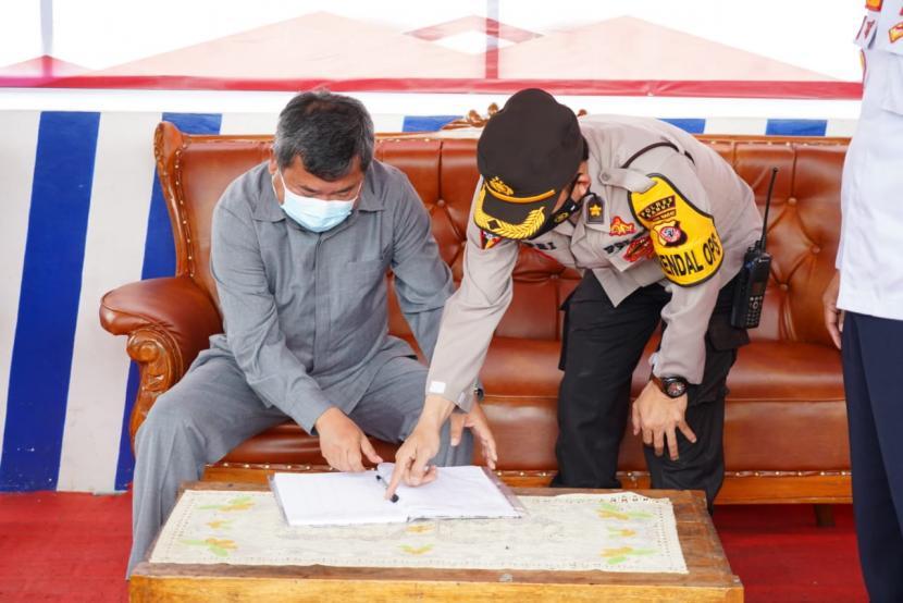 Bupati Garut, Rudy Gunawan meninjau pos penyekatan di beberapa titik di perbatasan Garut, Rabu (12/5)