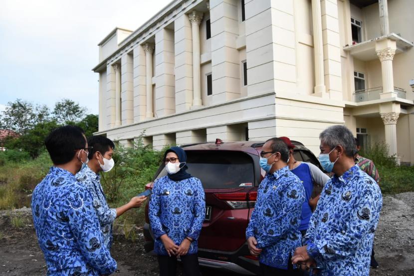 Bupati Indramayu, Nina Agustina, meninjau Gedung Asrama Haji Indramayu dalam mengantisipasi penuhnya ruang isolasi untuk pasien tekonfirmasi positif Covid-19 di rumah sakit di Kabupaten Indramayu