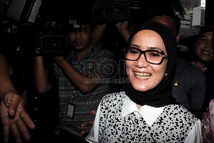 Bupati Kabupaten Lebak Iti Octavia Jayabaya mendatangi Gedung Komisi Pemberantasan Korupsi (KPK), Jakarta, Rabu (19/2).