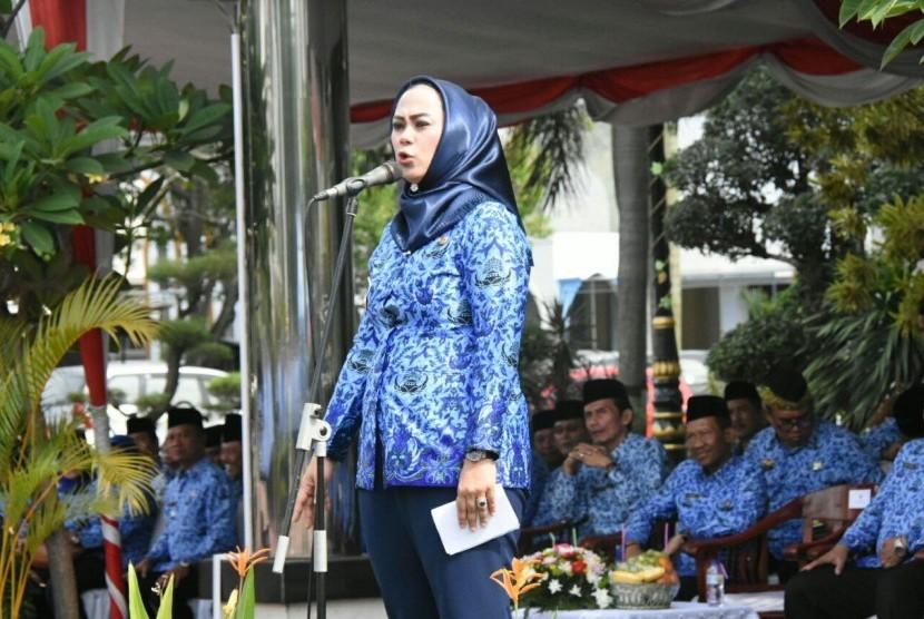 Bupati Karawang Cellica Nurachadiana saat menjadi pembina upacara HUT ke-46 Korpri, Rabu (29/11).