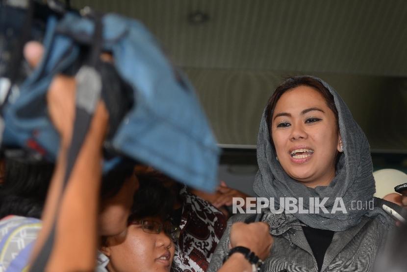 Bupati Karawang, Cellica Nurrachadiana (kiri) dimintai keterangan oleh media usai menyambangi Gedung KPK, Jakarta, Senin (18/4).  (Repub;lika/Raisan Al Farisi)