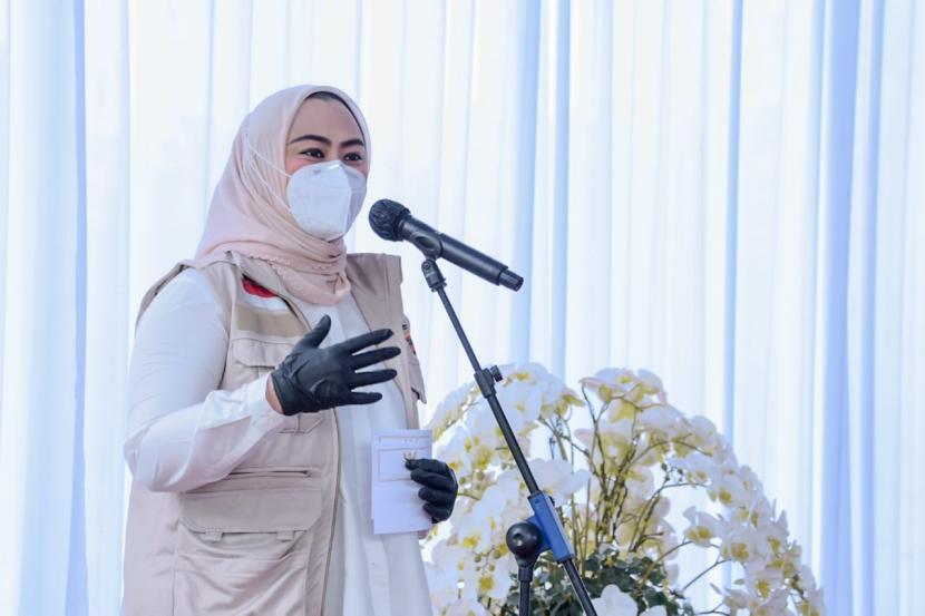 Bupati Karawang dr Hj Cellica Nurachadiana dalam launching vaksinasi anak berlangsung di Lapangan Parkir RSUD Karawang, akhir pekan lalu.