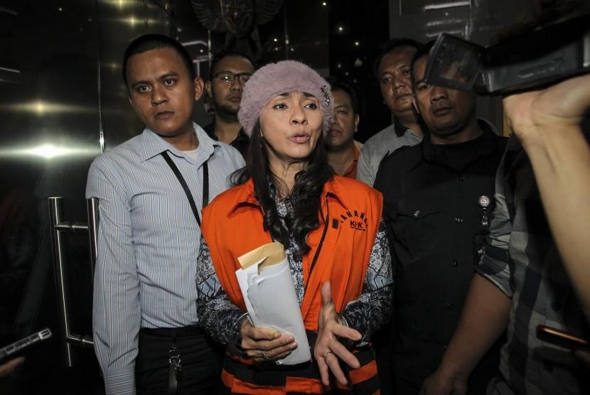 Bupati Kepulauan Talaud Provinsi Sulawesi Utara yang terjaring Operasi Tangkap Tangan (OTT) KPK, Sri Wahyumi Maria Manalip mengenakan rompi tahanan seusai menjalani pemeriksaan di gedung KPK, Jakarta, Rabu (1/5)