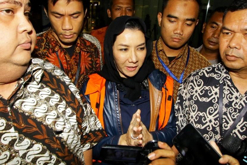 Bupati Kutai Kartanegara Rita Widyasari (tengah) dikawal petugas seusai menjalani pemeriksaan di Gedung KPK, Jakarta, Jumat (6/10).